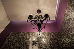 Robijnrood huis - Originele kroonluchter royalty-vrije stock afbeeldingen