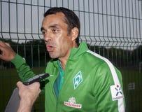 Robin Dutt est un joueur et un bout de football allemands retirés contrôlés Photographie stock