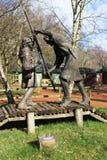 Robin Hood et petit John combattant sur le pont Photographie stock libre de droits