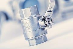 robinet à tournant sphérique avec le fil externe et intérieur sur le fond blanc Images stock