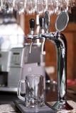 Robinet argenté pour la bière pleuvante à torrents Photographie stock libre de droits