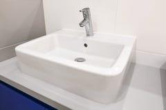 Robinet blanc d'évier dans la salle de bains Photos libres de droits