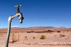 Robinet d'égouttements et environnement sec à l'arrière-plan images libres de droits