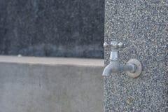 Robinet d'eau dans le mur de ciment de sable Images libres de droits