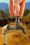 Robinet d'eau dans le village de l'Afrique photo stock