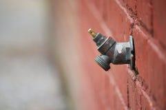 Robinet d'eau de bâtiment avec des disparus de style de tour Photos stock