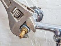 Robinet d'eau de fixation de plombier avec de l'eau disjoint photos libres de droits