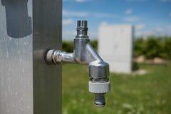 Robinet d'eau extérieur brillant photographie stock libre de droits