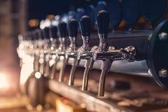 Robinet de bière dans la rangée photographie stock libre de droits