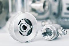 Robinet de contrôle et à tournant sphérique avec le foyer sélectif sur des garnitures de fil Photo stock