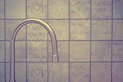 Robinet de robinet d'eau dans la cuisine pour le fond photo libre de droits