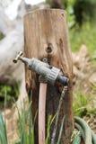 Robinet de jardin montrant l'eau courante Images libres de droits