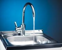 Robinet de mélangeur avec de l'eau l'écoulement de l'eau Photo libre de droits