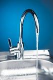 Robinet de mélangeur avec de l'eau l'écoulement de l'eau Photographie stock