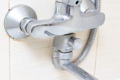 Robinet de mélangeur calcifié sale de douche, robinet avec le limescale là-dessus, fin  photographie stock libre de droits