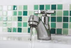Robinet et écoulement d'eau photo stock