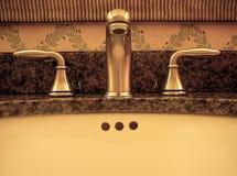 Robinet et évier de salle de bains images stock
