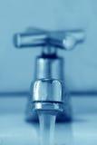 Robinet et eau Images stock