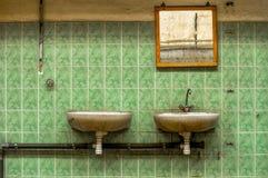 Robinet et miroir industriels images stock