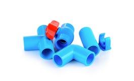 Robinet et tuyau à tournant sphérique de PVC sur le fond blanc Image libre de droits