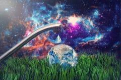 Robinet extérieur avec le concept de globe des éléments de conservation de l'eau meublés par la NASA Photographie stock
