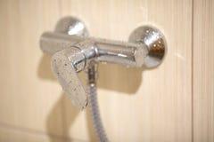 Robinet humide dans la salle de bains Photos stock