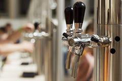 Robinet lumineux de bière en métal photographie stock