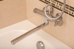 Robinet moderne de salle de bains de chrome de style images libres de droits