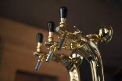 Robinets de bière dans la barre de bière Photos stock
