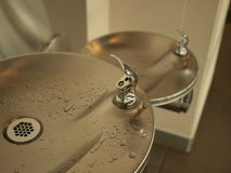 Robinets et évier d'eau dans l'intérieur public Image stock