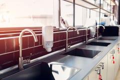 Robinets et éviers d'eau Cuisine professionnelle de restaurant Équipement et dispositifs modernes Cuisine vide pendant le matin photos stock