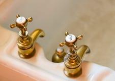 Robinets ou robinets antiques de bain photographie stock libre de droits