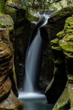 Robinson Falls - Smalle Canion & Waterval - Wayne National Forest - Ohio stock afbeelding