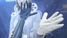 Robo-Arm wiederholt die Bewegungen der menschlichen Hand Der Plastikarm eines Roboters wird wie eine menschliche Hand verbogen Ne stock footage
