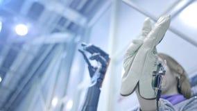 Robo-Arm wiederholt die Bewegungen der menschlichen Hand Der Plastikarm eines Roboters wird wie eine menschliche Hand verbogen Ne stock video footage