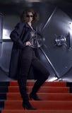 Robo de un banco femenino que se prepara para robar la batería Foto de archivo libre de regalías