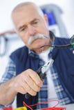 Robociarz naprawia elektrycznego kabel Fotografia Royalty Free