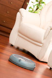 Robot à la maison de nettoyage Photographie stock