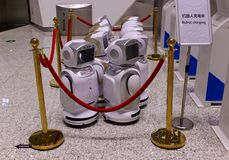 Robot ładuje baterię obrazy stock