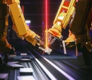 Robot astuto di industria di automazione nell'azione immagini stock