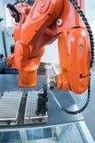 Robot automatique dans travail à la chaîne dans l'usine photographie stock
