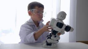 Robot automatizzato montaggio moderno del ragazzino con intelligenza artificiale archivi video