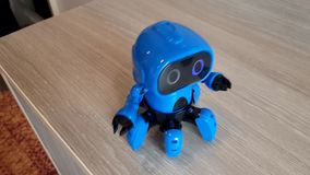 Robot azul en la tabla metrajes