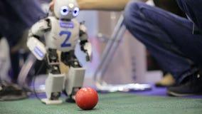 Robot bawić się football_3 zbiory wideo