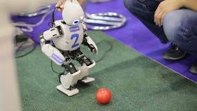 Robot bawić się football_1 zdjęcie wideo