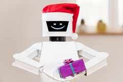 Robot bianco con il regalo in sue mani Fotografie Stock Libere da Diritti