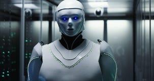 Robot bianco futuristico di androide nella stanza del server fotografie stock libere da diritti