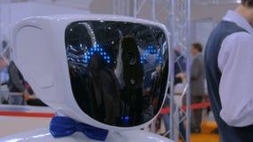 Robot blanc avec des yeux bleus à l'exposition robotique