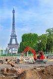 Robot budowlany przed wieżą eifla Obrazy Stock