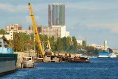 Robot budowlany przy portowym doku żurawiem horyzontalny Obraz Royalty Free